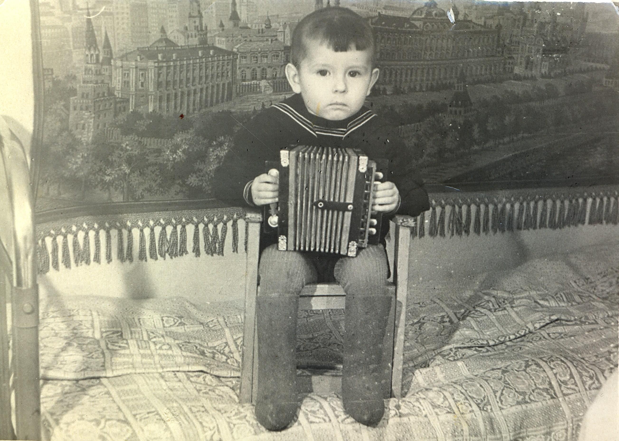 Томич на фоне ковра